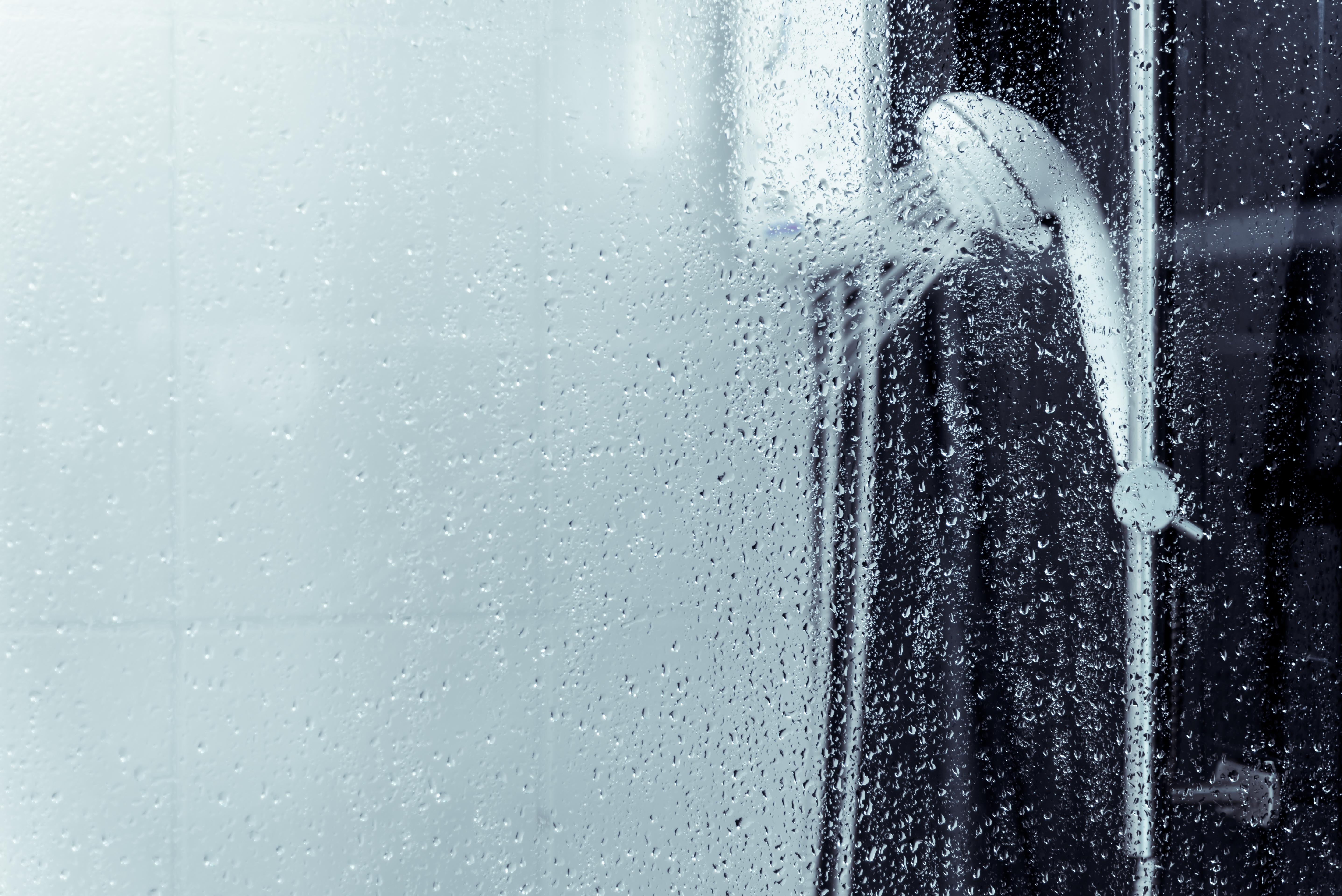 Por que a resistência do chuveiro queima mais no inverno